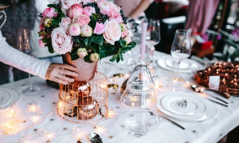 kaboompics_Hands Decorating Christmas Table restaurant online search